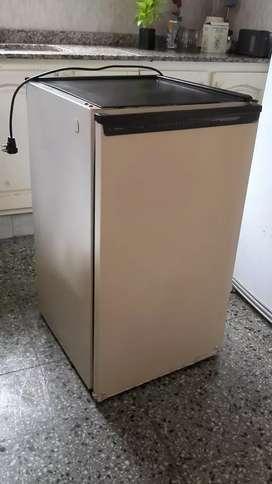 Freezer Philips Whirlpool bajo mesada