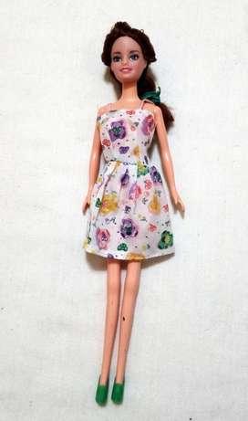 Muñeca con vestido floreado