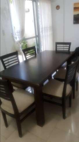 Muy buen estado! Vendo mesa y 6 sillas de melamina color wenwe.