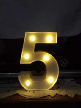 """Número """"5"""" con luces  ."""