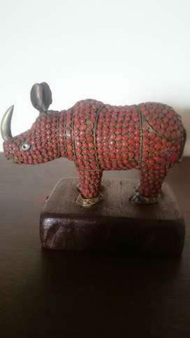 Rinoceronte Madera Y Piedras Hermoso