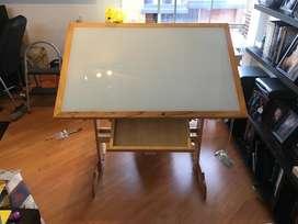 Mesa de dibujo y silla