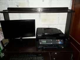 Se vende computador con mesa y impresora.