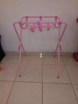 Base metálica color rosa para bañera