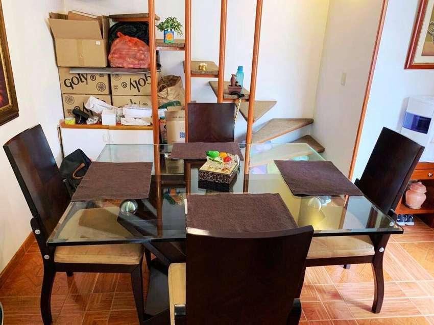 Comedor de 4 puestos usado en perfectas condiciones. Mesa de vidrio y sillas de madera gruesa.
