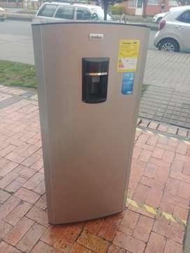 Nevera mabe de 210 litros con dispensador de agua