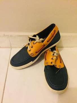 Zapatos azules con amarillo