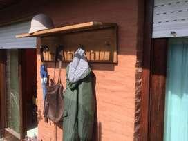 Perchero Nórdico antiguo, madera maciza. Largo 1 metro, profundidad del estante 29 cm, panel de colgar 29 cm.
