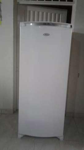 Se vende congelador  whirpool de 280 litros