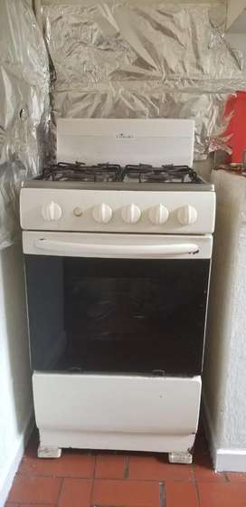 Cocina en buen estado con horno