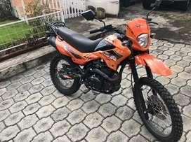 Motocicleta UM DSR 200