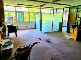 Tribunales. Oficina de 100 m2 al frente con baño y cocina. Luz y sol.