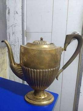 Tetera antigua de bronce