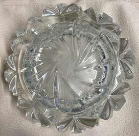Hermoso cenicero de cristal Bohemia redondo tallado. Medidas: Radio: 11.6 cm, Alto: 5 cm, muy buen precio!
