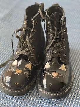 A la venta USADOS- COMO NUEVOS, tres (3) pares de zapatos para niña de 5-6 años, calzado 29-30. Botas y baletas BOSI.