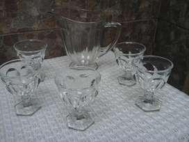 Jarron Antiguo con 5 Copas de Vidrio