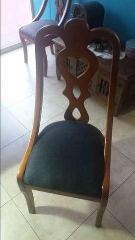Un comedor, con cuatro piezas de sillas su buen vidrio grueso grabado, las sillas son pesadas bastante gruesas.