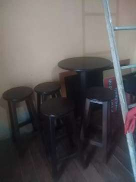 Se vende una mesa y sus 4 bancas grandes