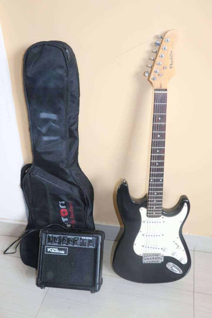 Guitarra eléctrica con amplificador 0