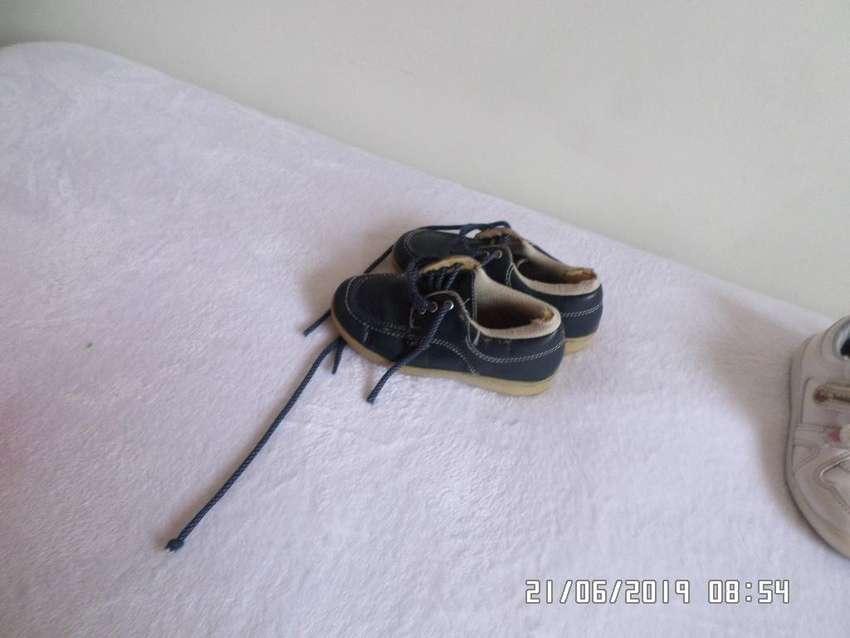 Zapatos azul de suela amarilla para colegio, y tennis blancos bubble gummers 0