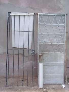 Puerta reja de hierro. (Izquierda)