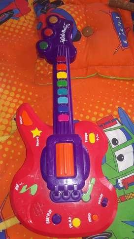 guitarra musical para niño o niña trabaja con Pilas