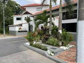 Casa de tres pisos con cuatro habitaciones (casa habitacion con balcon, baño y closet), garaje para dos vehiculos.