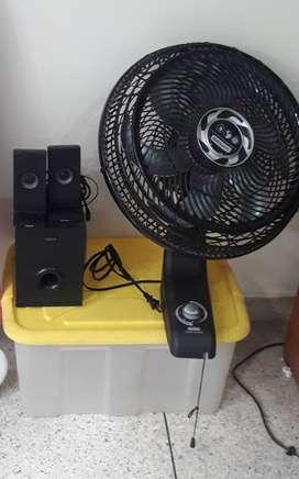 Combo ventilador, cesta plástica y mini auxiliar de sonido.