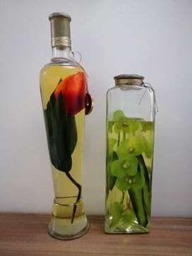 Duo de jarrones de vidrio con decoración floral en aceite