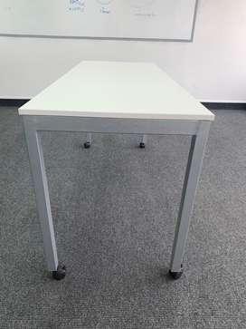 Mesa con base de metal