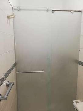 Cabinas para baño. Ventaneria y puertas n aluminio