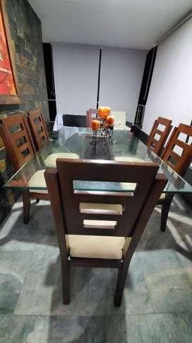hermoso comedor de 6 puestos,en buen estado,fabricado en madera y con los cojines color beige,de un año de uso.