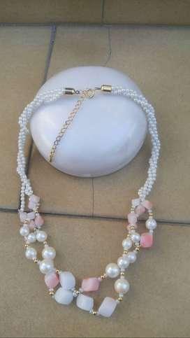 (CASEROS) Hermosa gargantilla en piedras y perlas blancas