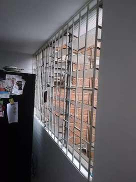 Se venden dos ventanas con selocias y reja de hierro medidas1.27 largo x 2.40 ancho. Y 1.27 largo x 1.69 ancho