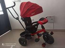 Triciclo Paseador marca ebaby color rojo con negro, USB, luces, silla giratoria 360 grados, reclinable varias posiciones