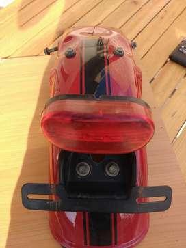guardabarros trasero con luz trasera de la moto gilera cafe racer