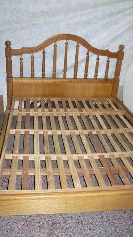 cama de dos plazas de roble