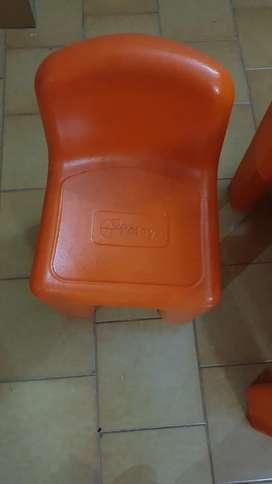 Vendo juego de mesa y silla 4 sillas de plastico