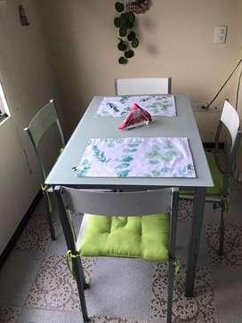 Comedor 4 puestos en vidrio Blanco- 4 sillas metal-madera
