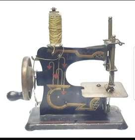 Antigua Maquinita de coser para muñecas