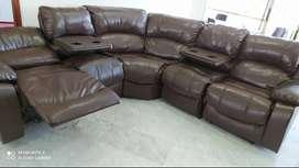 Sala con sillas reclinables y portavasos