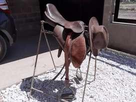 Silla de montar y sombrero de cuero de búfalo sin uso