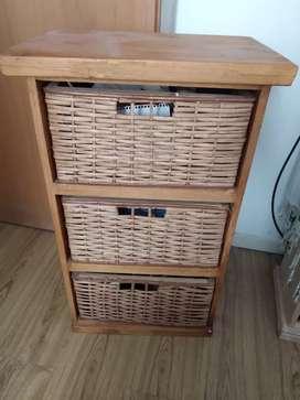 Mueble de pino con cajones de mimbre
