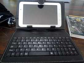 Se vende tablet Samsung en excelente estado con teclado.