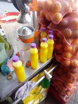 Vendedoras de jugos de naranja en botellas