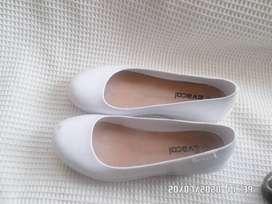 zapatos de caucho blancos