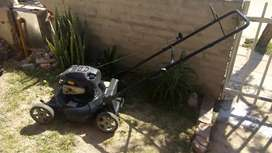 Podadora de césped marca Murray modelo Briggs & Stratton 550