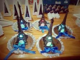 centros de mesa o souvenir de Torre Eiffel