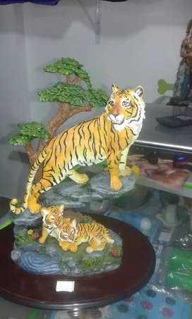 Figura de tigre y sus cachorros