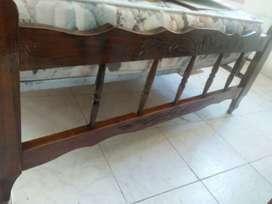 Juego de dormitorio! Cama de cedro tallada 2 plazas + 2 mesas de luz + colchon de dos plazas impecable
